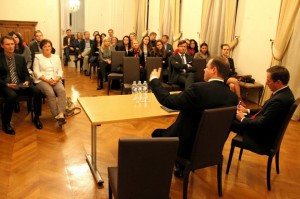 """Briuselio debatų klubo diskusija su vidaus reikalų ministru Sauliumi Skverneliu tema """"Europos pabėgėlių krizė: iššūkiai ir pasekmės Lietuvai."""" (2015 m. rugsėjis)"""